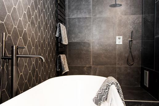 Zwarte badkamers