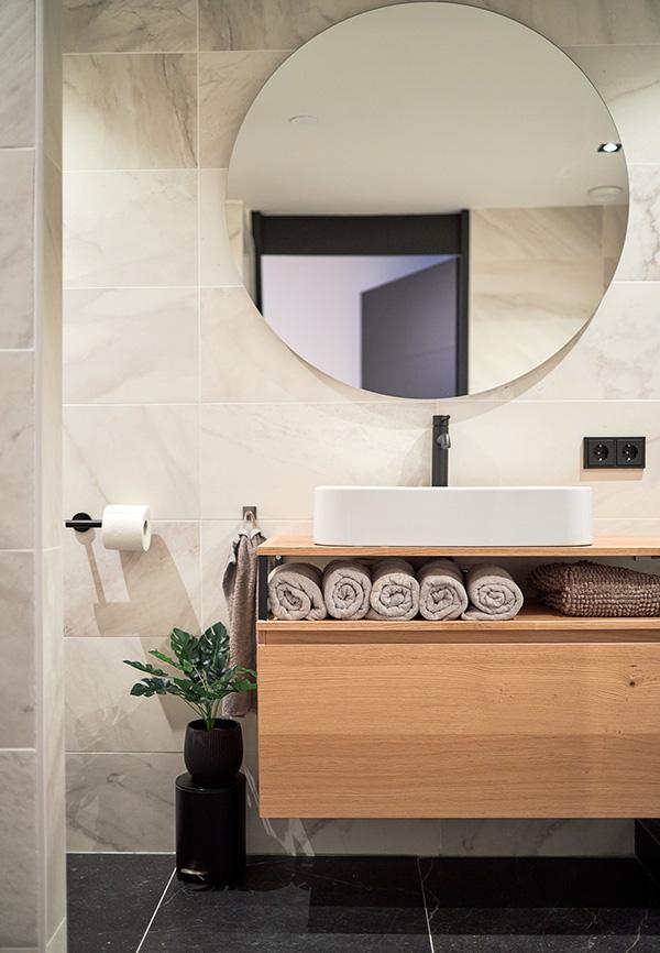 Houten badkamermeubel met ronde spiegel