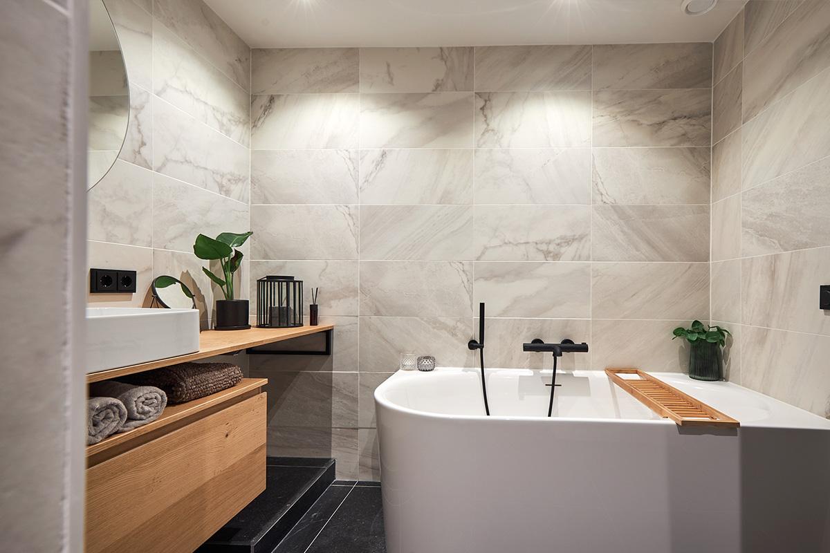 Halfvrijstaand bad met zwarte badkraan