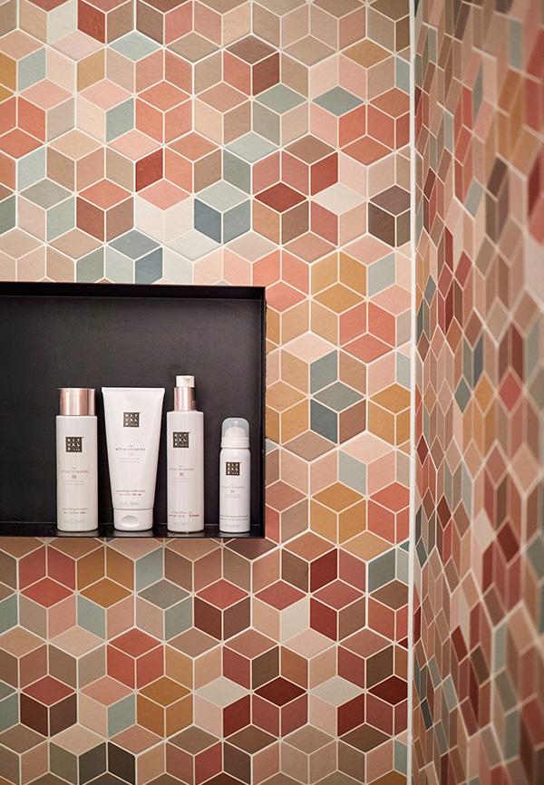 Hexagon tegels in douche met nis