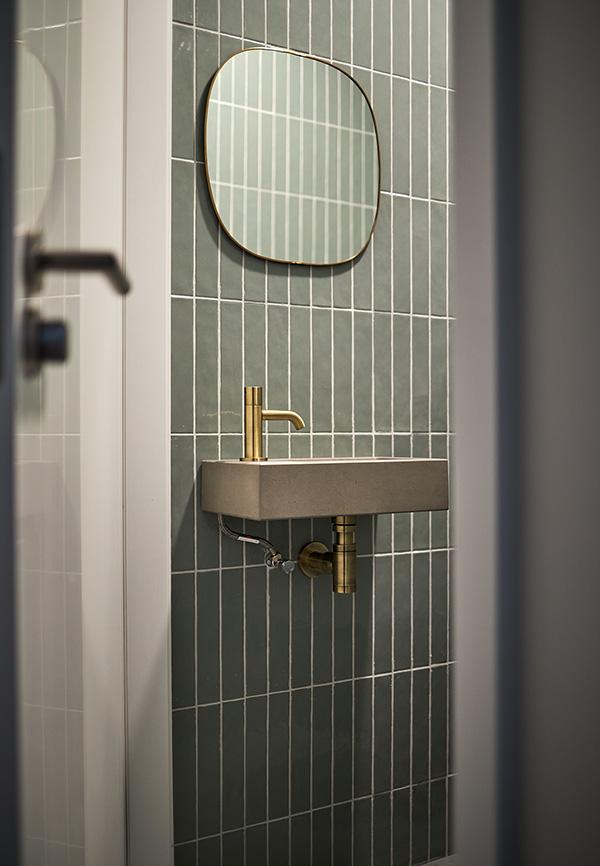 Toilet meubel met gouden kraan