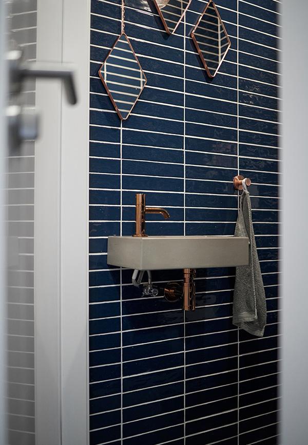Blauwe metrotegels in toiletruimte