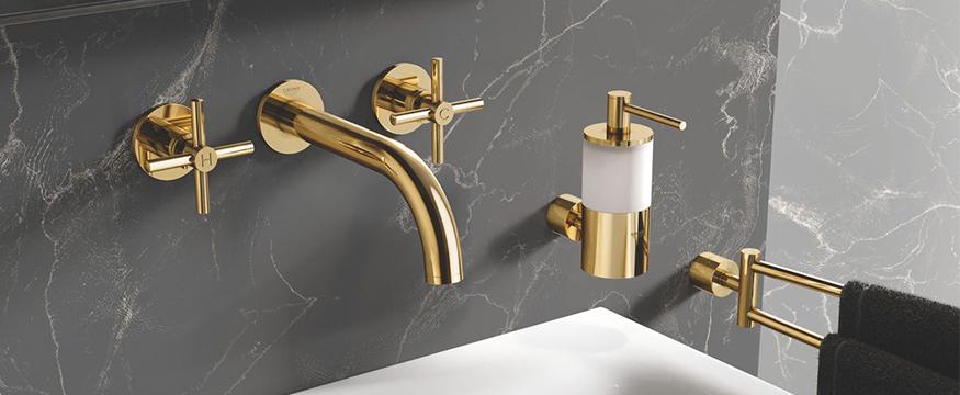 luxe badkamer met gouden accessoires