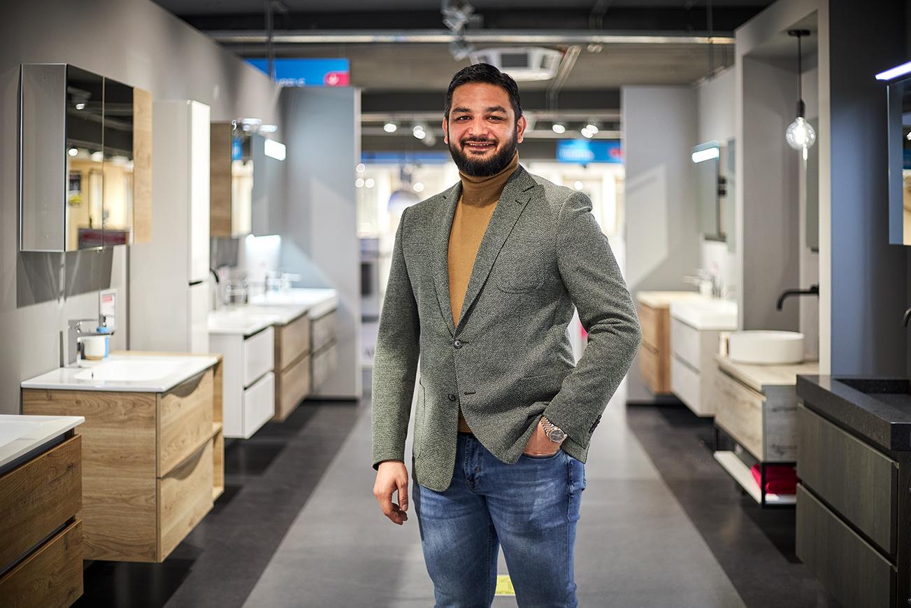 Ismail in zijn Sanidirect winkel