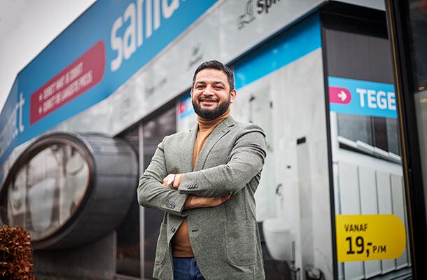 Ismail voor zijn Sanidirect winkel