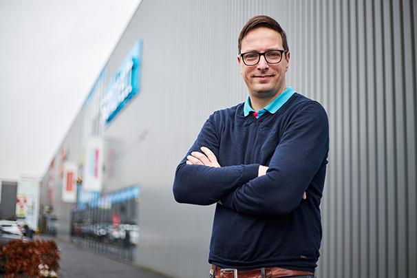 Jan-Willem voor zijn Sanidirect winkel
